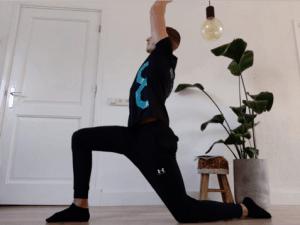 Het stretchen van de heup buiger kan helpen bij het verminderen van lage rugklachten