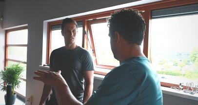 Trainer en Marcel in gesprek
